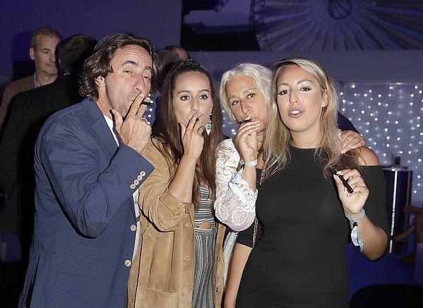 Dieter, Fanny, Isabella Luna und Natascha Landuris mit be posh E-Zigarette