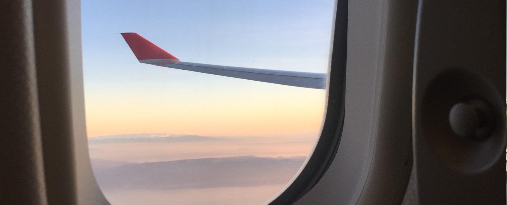 Flugzeug und Bahn: die E-Zigarette auf Reisen Natürlich willst Du auch im Urlaub und auf Dienstreisen nicht auf den Genuss Deiner E-Zigarette verzichten.  Hier findest Du die wichtigsten Informationen für das Dampfen unterwegs.
